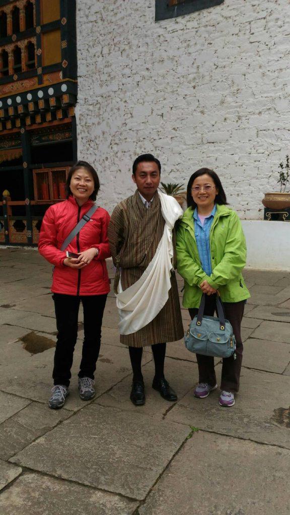 導遊 Tineba 進廟披上圍巾